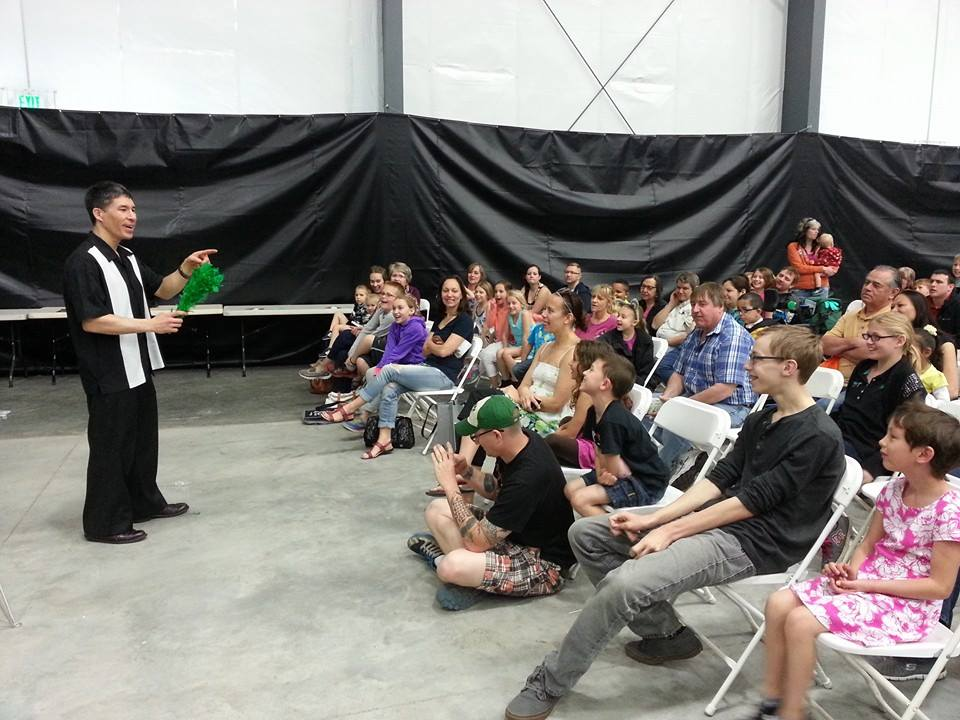 Jeff Evans draws a big crowd at the Lewis County Home and Garden Show.  Photo credit:  Centralia-Chehalis Chamber of Commerce
